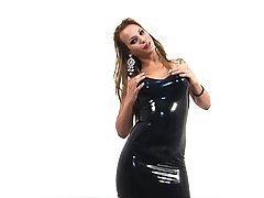 Gorgeous shemale babe plays in latex